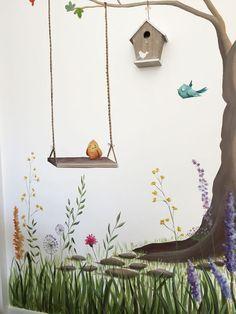 Detalle de Habitación Infantil árbol. Pajaritos de colores y flores, mural. Se incluyo una casita real de madera para los pajaritos del mural