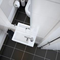 Clou concept toiletruimte met Flush hangtoilet en fonteinkraan van wit keramiek. De fonteinkraam is afkomstig uit de Freddo serie en de spiegel uit de Look At Me serie van Clou.