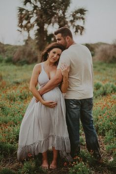 Baby photoshoot beach maternity pictures Ideas for 2019 Couple Pregnancy Pictures, Couple Pregnancy Photoshoot, Beach Maternity Pictures, Outdoor Maternity Photos, Maternity Photography Outdoors, Family Maternity Photos, Maternity Poses, Couple Photography, Photoshoot Beach