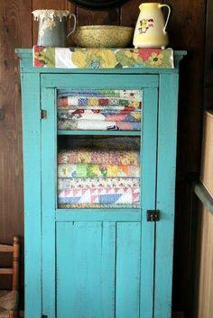 Granny chic decor ideas 7 - Creative Maxx Ideas - Willy Nilly - HOME Country Decor, Farmhouse Decor, Country Hutch, Country Homes, Country Living, Granny Chic Decor, Shabby Chic Vintage, Vintage Linen, Vintage Quilts