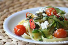 New Kitch On The Blog: Ruckizucki Prä- und theoretisch auch Post-Urlaubsküche: Fettuccine mit Zucchini, Kürbiskernen und Kirschtomaten