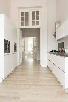 Houten vloer in moderne witte keuken – kitchen Parc Glorieux at Vught Kitchen Living, New Kitchen, Kitchen Doors, Beautiful Kitchens, Cool Kitchens, Küchen Design, House Design, Cocina Office, Cuisines Design