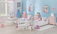 Quarto infantil Tok  Abuse de nichos e gaveteiros para otimizar a decoração e organização do quarto das meninas.