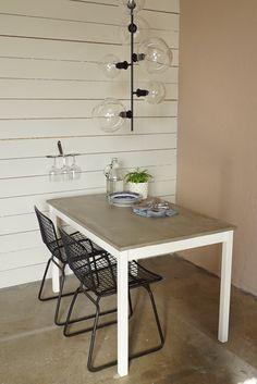 Martin Timells träbord med betongyta. Äntligen hemma