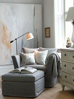 fauteuil gris, lampe de lecture avec fer et tissu, fenetre, blanc