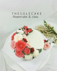 <thesole's crescent>  Realistic rose   엄마보러 고고 ~~!! #cake #cakedesign #flowercake #cakedecorating #dessert #decoration #anniversary #colorfood #flowers #thesolecake #class #privatelesson #koreanbuttercream #koreanbuttercreamflowers #더쏠케이크 #버터크림케이크 #클래스 #버터크림플라워케이크 #플라워케이크 #꽃케이크