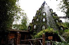 Cet hôtel a la particularité d'avoir une source naturelle d'eau tout en haut. Une cascade tombe donc le long de la façade du Magic Mountain Hôtel («L'hôtel de la Montagne magique»). Il est situé dans la réserve naturelle d'Huilo Huilo, au Chili.