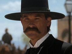 Kurt Russell as  Wyatt Earp. Tombstone film del 1993, diretto da George Pan Cosmatos