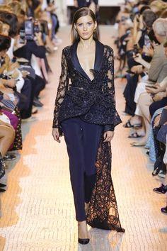 Elie Saab Parigi - Haute Couture Fall Winter - Shows - Vogue. Elie Saab Couture, Couture Mode, Couture Fashion, Runway Fashion, Fashion News, Fashion Week Paris, Fashion Week 2018, Fashion Show Collection, Couture Collection