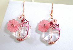 boucle d'oreille jeu de file tendu or rose et fuschia sur or rose perle carré transparente perles fleurs rose : Boucles d'oreille par shabby-be-chat