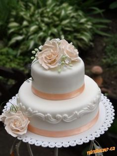 ** Dort svatební zdobený růží **