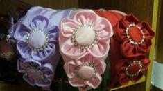 tiara em tafetá com flores de fuxico e strass.disponível em todas as cores.