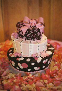 Bolo de Debutante com decoração de pétalas de rosas... amável!