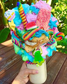 Freak Shake - St Patrick's Day - - Milchshake Rezept - A-Z Finance Plan (For Life) Candy Drinks, Yummy Drinks, Yummy Food, Kreative Desserts, Unicorn Foods, Unicorn Pics, Rainbow Food, Cute Desserts, Party Desserts