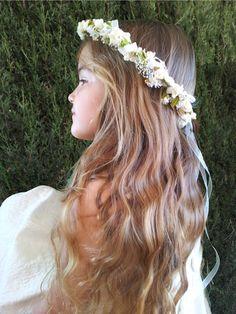 Elegant Wedding Hair, Floral Wedding, Wedding Bouquets, Wedding Flowers, Communion Hairstyles, Wedding Hairstyles, Chucks Wedding, Flower Girl Wreaths, First Communion Party
