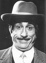 Peppino De Filippo - nato a Napoli il 24 agosto 1903 È considerato uno dei più celebri attori comici italiani, sia in ruoli di protagonista che di coprotagonista. Celebre anche per aver fatto coppia con Totò in molti film di successo degli anni cinquanta e sessanta.