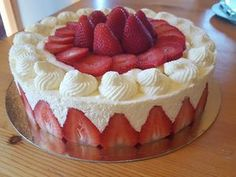 Fraisier facile – Recettes Discover the easy strawberry recipe on actualcooking. Easy Healthy Recipes, Sweet Recipes, Cake Recipes, Dessert Recipes, Strawberry Cakes, Strawberry Recipes, Tortas Deli, Oreo Trifle, Desserts With Biscuits