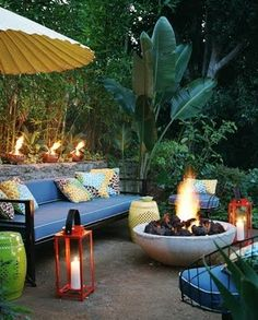 Got a tropical vibe going on here. What a perfect little oasis, great setting for a small party or get together with friends!