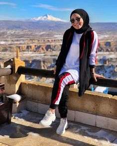 hijab sport Image may contain: 1 person, standing, shoes, sky and outdoor. Muslim Fashion, Modest Fashion, Fashion Outfits, Women's Fashion, Hijab Fashionista, Sporty Outfits, Sporty Style, Sporty Clothes, Couple Outfits