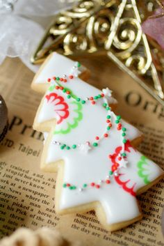 Christmas Tree Cookies: white, red and green Christmas Tree Cookies, Iced Cookies, Christmas Sweets, Noel Christmas, Royal Icing Cookies, Holiday Cookies, Christmas Baking, Holiday Treats, Christmas Goodies