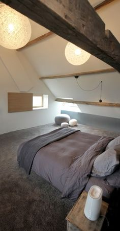 Luik raam - Van oude vierkantshoeve tot energiezuinige woonst Dream Bedroom, Master Bedroom, Bedroom Stuff, Daybed Canopy, Loft Room, Attic Remodel, Attic Rooms, Cozy House, Ramen