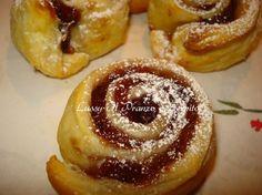 Rose di pasta sfoglia con marmellata sono dei dolcetti buonissimi, leggeri e friabili. Ottimi per compleanni e, per tutte le occasioni.