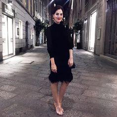 Ready to party @dolcegabbana - look da noite (ó que raridade!) com saia de plumas e brinco vintage xodó! Vic Ceridono | Dia de Beauté