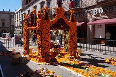 Con el objetivo de preservar las tradiciones del Día de Muertos, en coordinación con la Cámara Nacional de la Industria Panificadora (CANAIMPA), se montó un altar monumental en la Cerrada ...