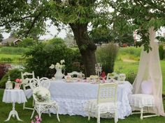 Beautiful Vintage shabby-chic country picnic <3