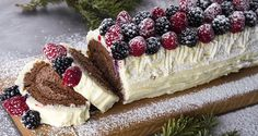 Christmas log with forest fruit by Greek chef Akis Petretzikis. A beautiful, delicious log with a mousse and white chocolate ganache filling that will delight! Xmas Food, Christmas Sweets, Christmas Cooking, Christmas Log, Christmas Ideas, Oreo Pops, Greek Desserts, Greek Recipes, Jam Tarts