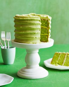 St Patrick's Day is only a week away and this Spinach Smash Cake is on the menu! Have you ever seen a more beautiful green cake in your life? The best part is there are zero food dyes in it too.