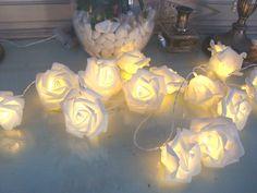 Cordão de luz de rosas <br>cores disponíveis: branco <br>Medida: 3,00 metros. <br>20 rosas <br>a pilha, não há perigo de curto <br>Pilhas não inclusas <br>luzes de fadas para decorar sua casa, fica linda em quartos na cabeceira da cama em portais, nos armários da cozinha, em volta do espelho do banheiro, em berços, para enfeitar sua mesa em um jantar romantico e muito mais que sua imaginação desejar.