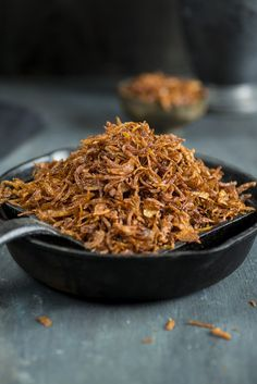 Crispy Fried Onion Fried Onion recipe is a simple recipe on how to deep fry onions which is an essential ingredient that can be used in many dishes like biryani or curries or korma recipes. There are certain spices or essential requirements Onion Recipes, Indian Food Recipes, Rice Recipes, Chicken Recipes, Fried Onions Recipe, Caramalized Onions, Fried Shallots, French Fried Onions, Crispy Onions