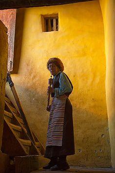 Tibet - Femme tibétaine - Source : Flickr / Photographe : Kevin Chiu / Photo prise le 24 octobre 2013 -