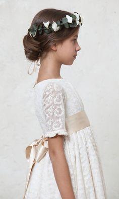 Tul  de seda bordado by Quemono! Nos encanta el detalle de enredadera en el pelo