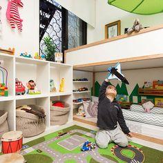 Beliche com cama montessoriana. estacionamento de carrinhos, tapete pista, pintura de grama.... O quarto de Gael, de 2 anos, é lotado de boas ideias! Projeto da mãe, a arquiteta @aleamadoarquiteta . Foto de @raizesfotografia . #natoca #natocadesign #instakids #instadecor #kidsroom #kidsdecor #kidsstyle #montessori #quartocompartilhado #decor #raizesfotografia #aleamadoarquitetura