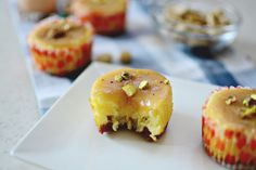 Mini Cheesecakes with Caramel Topping Mini Cheesecakes, Sushi, Caramel, Sweet Tooth, Muffin, Breakfast, Ethnic Recipes, Food, Sticky Toffee