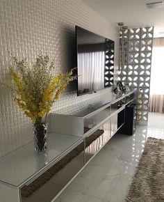 """1,123 curtidas, 6 comentários - Arquitetura de Interiores (@arq4home) no Instagram: """"Sala de TV com revestimento bege e marcenaria em vidro reflecta. Detalhe para o cobogó setorizando…"""""""