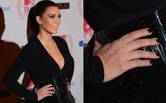 Kim Kardshian escolheu um esmalte pretinho básico para combinar com seu vestido mullet ultrasexy!