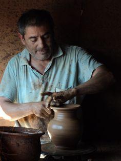 Alfarero de Pamaire. Pomaire es un pueblo pequeño de artesanos alfareros, pertenecientes a la Comuna de Melipilla, a 50 kilómetros al oeste de Santiago, Chile