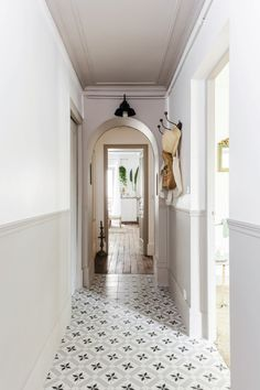 It is the home staging that has returned to this Parisian apartment of its charm and authenticity. The Four Lions agency to whom the sellers l … - New Deko Sites Home Staging, Tiled Hallway, Hallway Flooring, Hallway Decorating, Interior Decorating, Interior Design, Interior Walls, Apartment Interior, Home Renovation