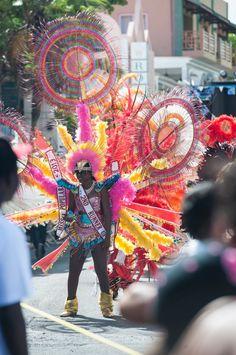 Île paradisiaque des Caraïbes: les immanquables de Saint-Martin (Detour Local) -> Toute la population participe lors de la grosse parade du Carnaval à Philipsburg www.detourlocal.com/saint-martin-caraibes-top-5-sxm/