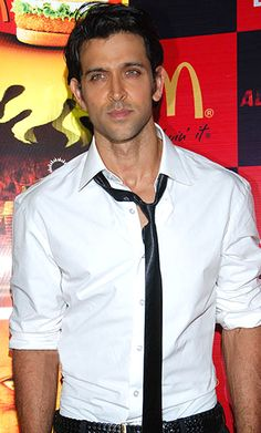 Hrithik Roshan rescues Sharmila Tagore at Casablanca Airport!