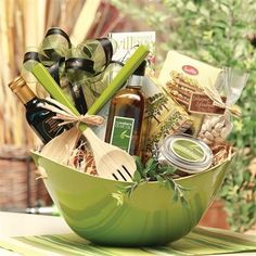 Salad bowl hostess gift … sweet idea with olive oil, flavored vingegars, homemade … – gifts – – salad-recipes. Themed Gift Baskets, Raffle Baskets, Diy Gift Baskets, Theme Baskets, Basket Gift, Kitchen Gift Baskets, Jar Gifts, Food Gifts, Craft Gifts