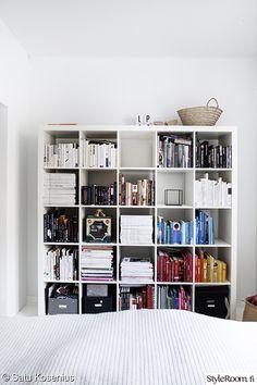 kirjahylly,kirjat,makuuhuone