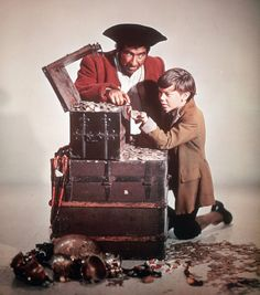 Treasure Island - Robert Newton as Long John Silver and Bobby Driscoll as Jim Hawkins Treasure Island Disney, Bobby Driscoll, Pirate Photo, Disney Fan, Disney Live, Walt Disney Movies, Jim Hawkins, Movie Talk, Pirate Treasure
