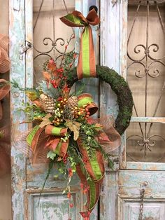 Stunning Pretty Wreath Decor Ideas To Hang On Your Door. Diy Fall Wreath, Autumn Wreaths, Holiday Wreaths, Wreath Ideas, Holiday Ideas, Christmas Ideas, Halloween Wreaths, Halloween Door, Spring Wreaths