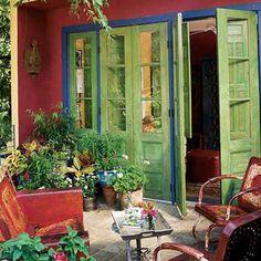 Mexican inspired patio. ¡Espectacular el detalle azul alrededor de las puertas!