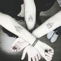 tatuaje geométrico en el antebrazo, tatuajes iguales para hermanos. simbolo de familia, tres triángulos entrelazados