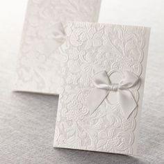 Elegante conjunto de invitaciones de boda en blanco total con lazos